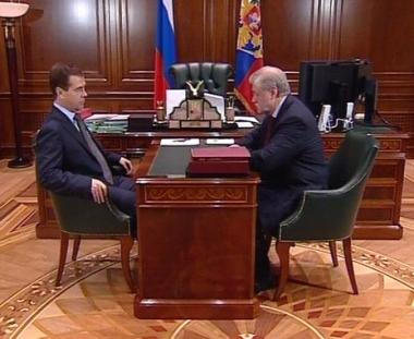 دميتري مدفيديف اثناء لقائه رئيس مجلس الفدرالية الروسي سيرغي ميرونوف