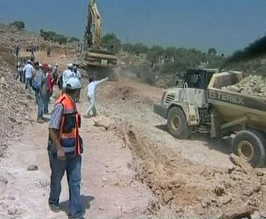 اشتباكات مع الشرطة الاسرائيلية احتجاجا على بناء الجدار الفاصل في فلسطين
