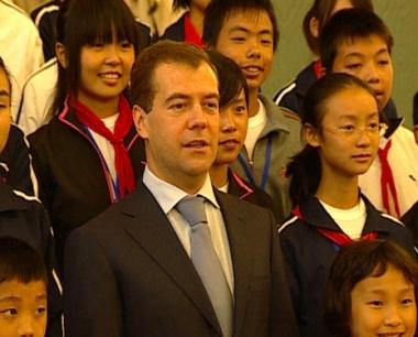 مدفيديف يصف حضور الأطفال الصينيين بالعلامة الطيبة في علاقات البلدين