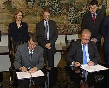 بولندا توقع إتفاقا لنشر الدرع الصاروخية ومدفيديف يقول ان روسيا مهددة