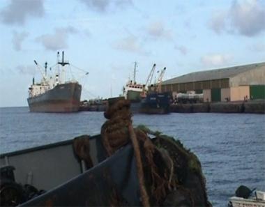 القراصنة الصوماليون يختطفون 4 سفن أجنبية على متنها 5 بحارة روس