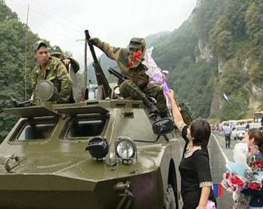 القوات الروسية العائدة من أوسيتيا الجنوبية تحظى بإستقبال الأبطال