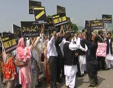 محامون باكستانيون يتهمون زرداري بقتل زوجته