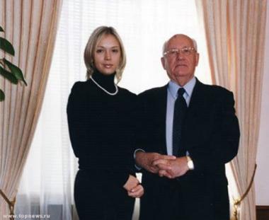 ميخائل غورباتشوف يتعرف على حفيدته عن طريق الهاتف النقال