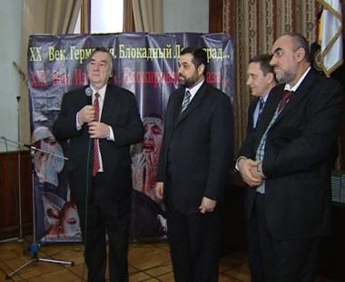 الكاتب يقف مع وفد حماس