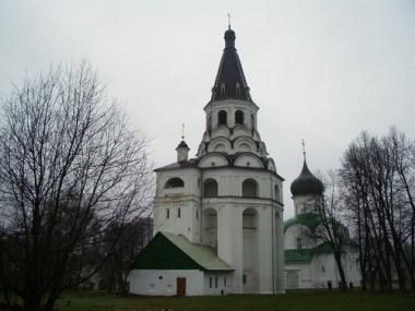 برج الأجراس في كرملين مدينة الكسندروف ( الكسندروفسكايا سلوبودا) . الارتفاع ينوف عن 50 متراً.