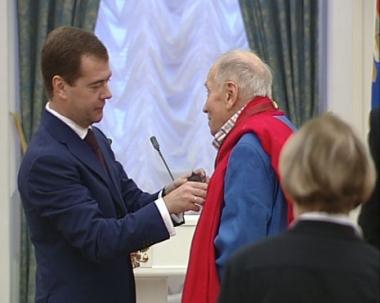 مدفيديف يمنح أوسمة لشخصيات روسية بارزة