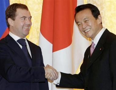 آسو ومدفيديف يتفقان على تعجيل تسوية قضية جزر كوريل