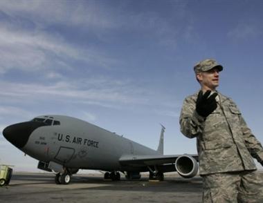 الرئيس القرغيزي يوقع  قانون إغلاق القاعدة الجوية الأمريكية في بشكيك