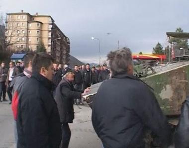 صرب ميتروفيتسا بكوسوفو يعرقلون عودة الالبان الى المدينة
