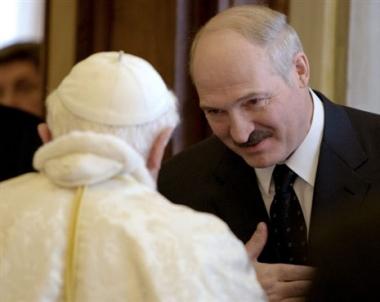 الرئيس البيلوروسي يناقش مع بابا روما مسألة الحوار بين الأديان