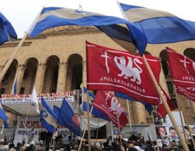 المعارضة الجورجية تقيم حائطا بشريا حول المؤسسات الحكومية في تبليسي