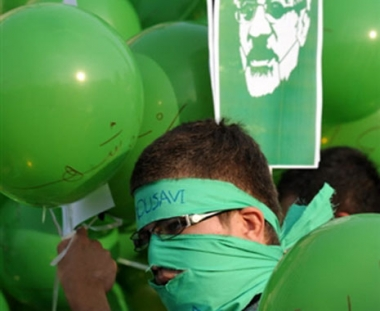 صدام بين متظاهرين والشرطة الايرانية وكروبي يدعو لتشكيل لجنة للتحقيق في العملية الانتخابية