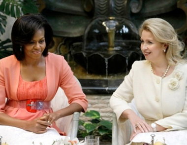 ميشيل اوباما تزور متاحف الكرملين برفقة ابنتيها