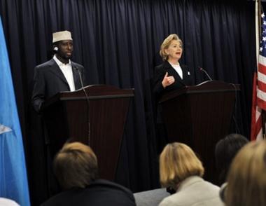 كلينتون تتعهد بدعم الحكومة الصومالية الانتقالية