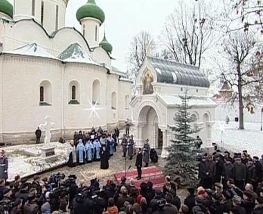 مدفيديف يشارك في مراسم إزاحة الستار عن مجسم كنيسة صغيرة مكرس للامير  بَوجارسكي