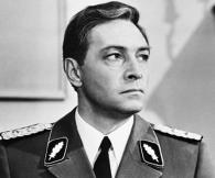 تيخونوف في دور رجل الاستخبارات السوفيتي ايسايف ـ شتيرليتس في المسلسل التلفزيوني 17 لحظة من الربيع