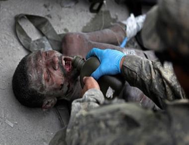 هايتي: إنقاذ رجل بعد أسبوعين من الزلزال