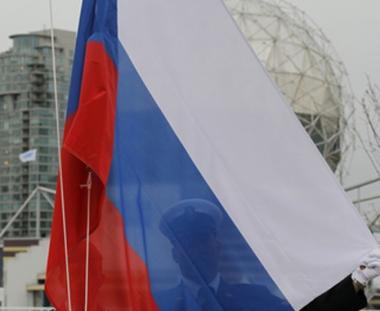 علم روسيا يرفرف عاليا فوق القرية الاولمبية في فانكوفر الكندية