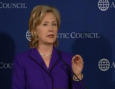 كلينتون تدعو لانفتاح أوسع في العلاقات بين روسيا والناتو