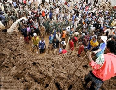 مصرع 5 اشخاص ودفن 60 اخرين في انهيارات ارضية في اندونيسيا
