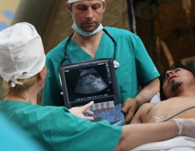 اطباء وزارة الطوارئ الروسية يعالجون المتضررين نتيجة الزلزال الجديد الذي ضرب تشيلي يوم 11 مارس/آذار