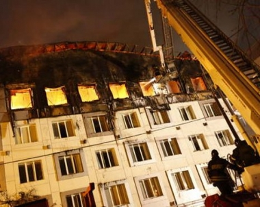 مصرع رئيس فرقة اطفاء الحرائق بموسكو اثناء عمليات الانقاذ بمبنى مشتعل