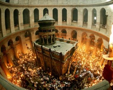 النور المقدس ينبثق في كنيسة القيامة بالمدينة القديمة