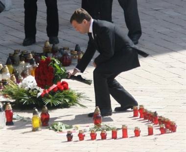 مدفيديف بعد تأبين كاتشينسكي: المأساة تقرب بين الناس وموقفنا من جريمة ستالين واعوانه في كاطين واضح