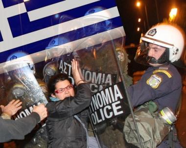اشتباكات في اثينا على خلفية قرار الحكومة تشديد اجراءات التقشف