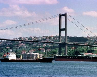 سفينة جزائرية تحمل مؤن واعضاء برلمان تنضم الى