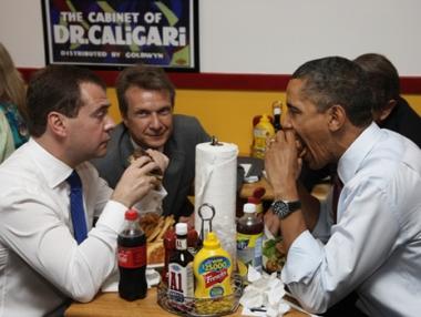 الرئيسان اوباما ومدفيديف يتناولان البرغر بمطعم في فرجينيا