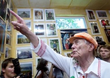 الشاعر يفتوشينكو يعرض مقتنياته الفنية في غاليري بإسمه