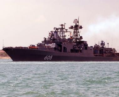 سفينة مقاومة الغواصات الروسية  ترافق قافلة من السفن بالقرب من الساحل الافريقي