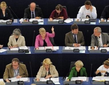 البرلمان الاوروبي ينتقد فرنسا على قرارها بيع حاملة مروحيات من طراز