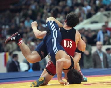الروسي فيكتور ليبيديف بطل العالم في المصارعة الحرة في وزن دون 55 كجم