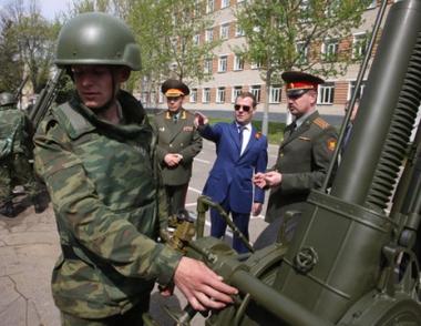 مدفيديف يشدد على ضرورة زيادة رواتب الضباط واصلاح الجيش الروسي