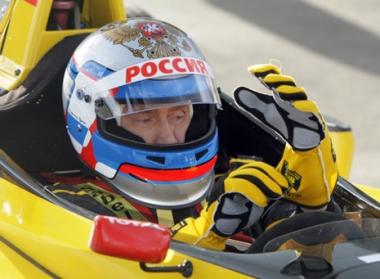 بوتين يجرب شخصيا سيارة مشاركة في بطولة