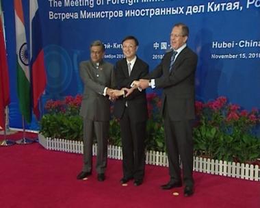 لافروف يبحث نتائج قمة العشرين مع نظيريه الصيني والهندي