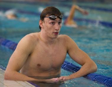 إيزوتوف يحرز أولى ميداليات روسيا في بطولة العالم للسباحة في دبي