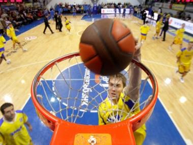 خيمكي الروسي يهزم جالغريس الليتواني بكرة السلة