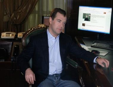 مدفيديف يدافع عن حرية الإنترنت ويدعو لحوار صريح بين الدولة والمجتمع بواسطة تكنولوجيا المعلومات