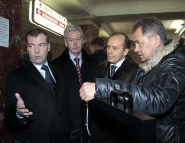 مدفيديف يتفقد مترو الأنفاق بموسكو ويطالب بتشديد قواعد الأمن ومحاسبة المسؤولين الأمنيين
