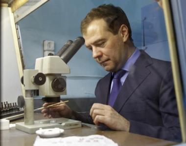 مدفيديف يدعو إلى زيادة الإنفاق على الأبحاث العلمية