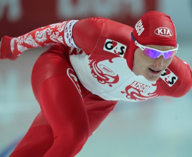 المتزلج الروسي ايفان سكوبريف يحرز بطولة العالم في سباق المسافات المتعددة