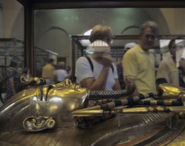 زاهي حواس يعلن استعادة قطع مسروقة وينفي سرقة قناع توت عنخ آمون الذهبي
