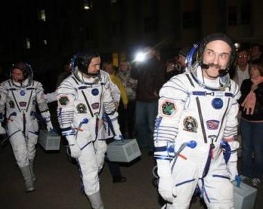 رائدا  فضاء روسيان يخرجان إلى الفضاء الكوني المفتوح