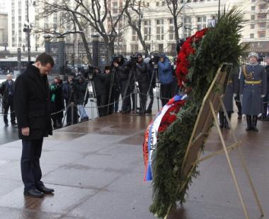 الرئيس مدفيديف يشارك في الاحتفالات بعيد حماة الوطن