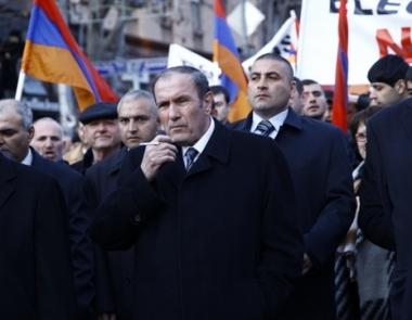 المعارضة الارمنية تطالب باستقالة الرئيس الحالي سيرج ساركسيان