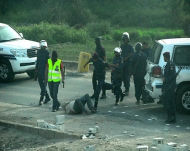 تعامل قوات الأمن مع متظاهرين في البحرين